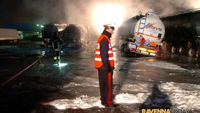 Zeci de camioane ale companiei Consar din Ravenna cuprinse de flacari noaptea trecuta