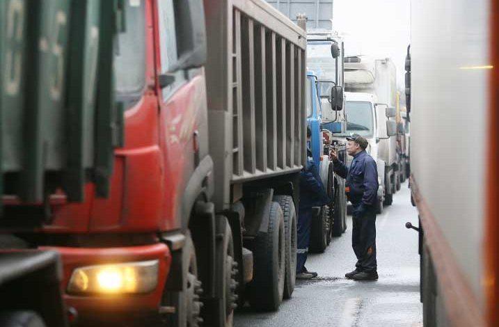 Sute de camioane rusești blocate la granițele cu Polonia și Ucraina