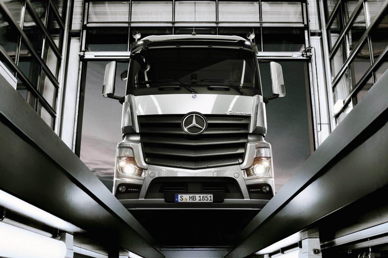 Mercedes benz revolu ioneaz opera iunile de service for Service for mercedes benz
