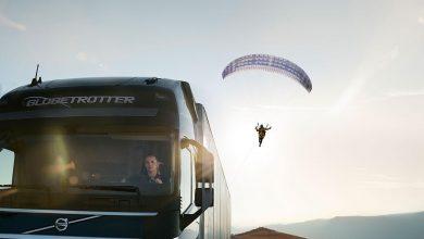 Un camion și un parapantist actori în cel mai recent film Volvo Trucks