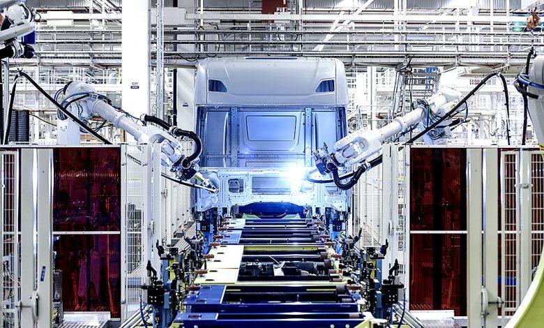 Roboții și oamenii fac echipă în noua fabrică de cabine Scania