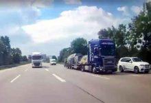 Păstrează distanța între camioane pentru că împreună nu înseamnă lipiți!