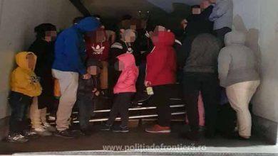 53 de cetățeni străini depistaţi ascunşi într-un camion frigo la Nădlac