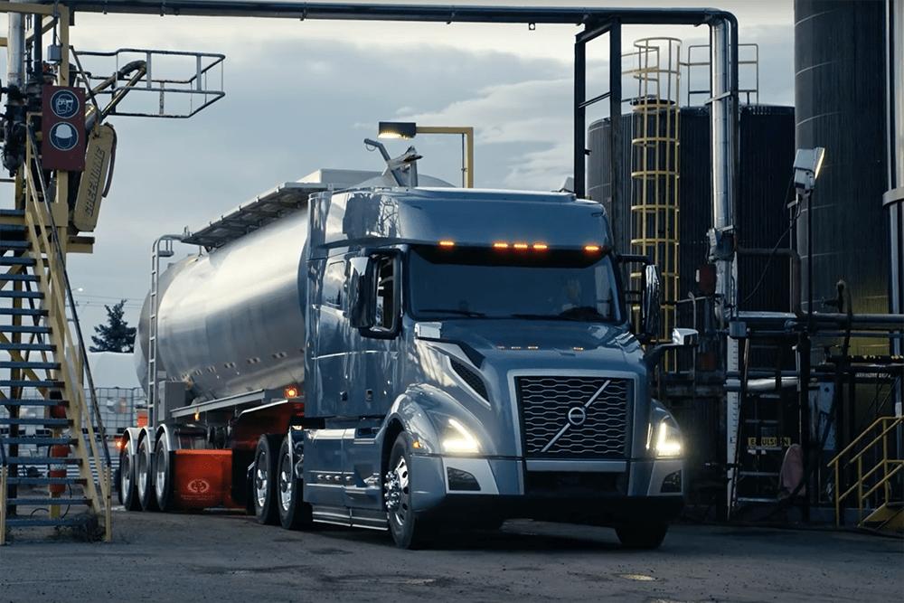 """Clipul """"The Movers"""", un tribut adus de Volvo Trucks șoferilor profesioniști"""