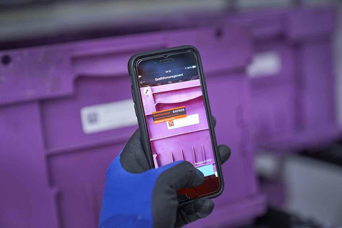 Dispozitivele inteligente susţin angajaţii BMW din logistică în logistica fără hârtii
