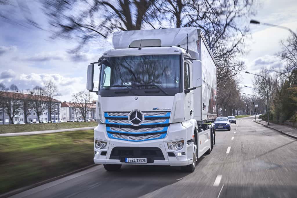 Logistik Schmitt testează eActros în paralel cu un camion cu sistem catenar (pantograf)
