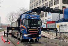Un camion Scania R 500 echipat cu macara de șasiu Effer 2255 de 57 metri