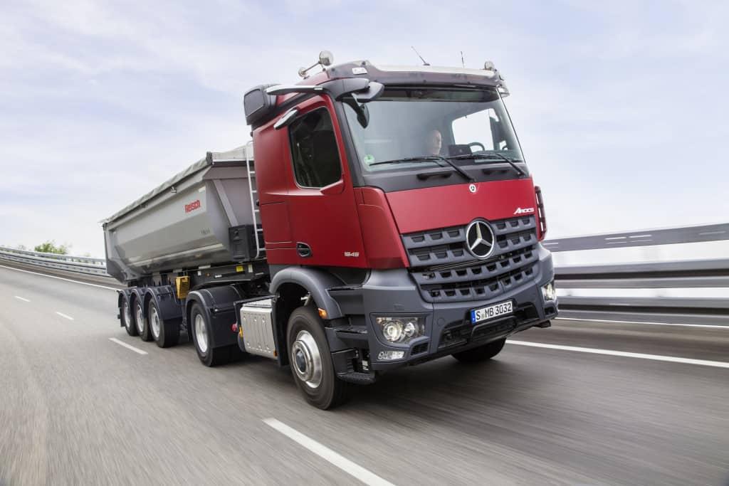 Camionul de șantier Arocs disponibil cu Multimedia Cockpit