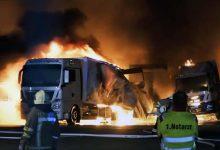Patru camioane au ars complet într-un incendiu de proporții în Germania