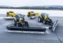 Două tractoare Valtra T254 Versu autonome curăță pista celui mai nordic aeroport din UE