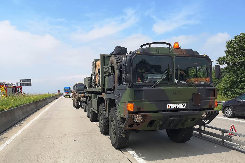 Un camion militar a oprit un alt camion scăpat de sub control pe o autostradă din Germania