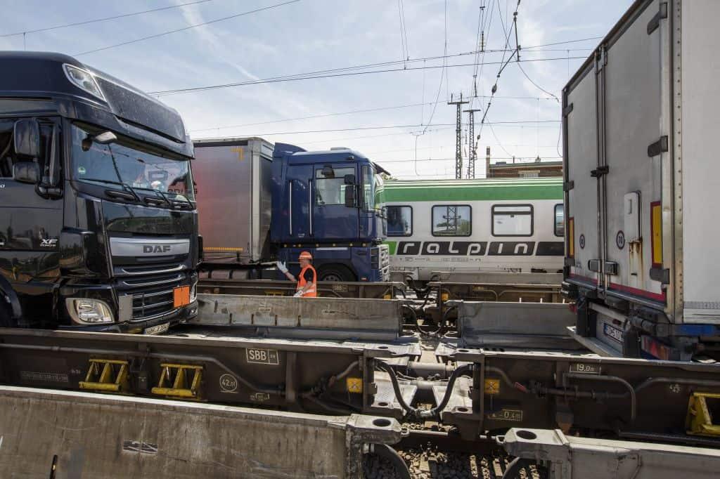 RAlpin AG a dezvoltat un nou tip de vagon care permite transportul camioanelor extra-lungi