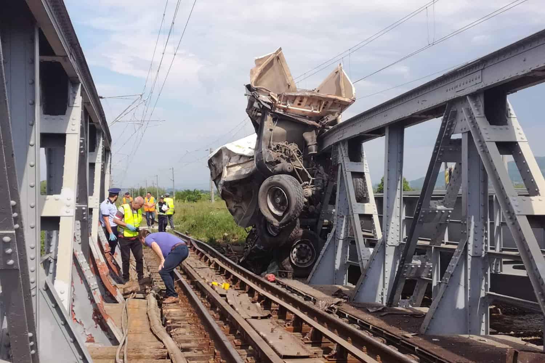 Accident grav produs între un tren de călători și o autobasculantă lângă Căiuți