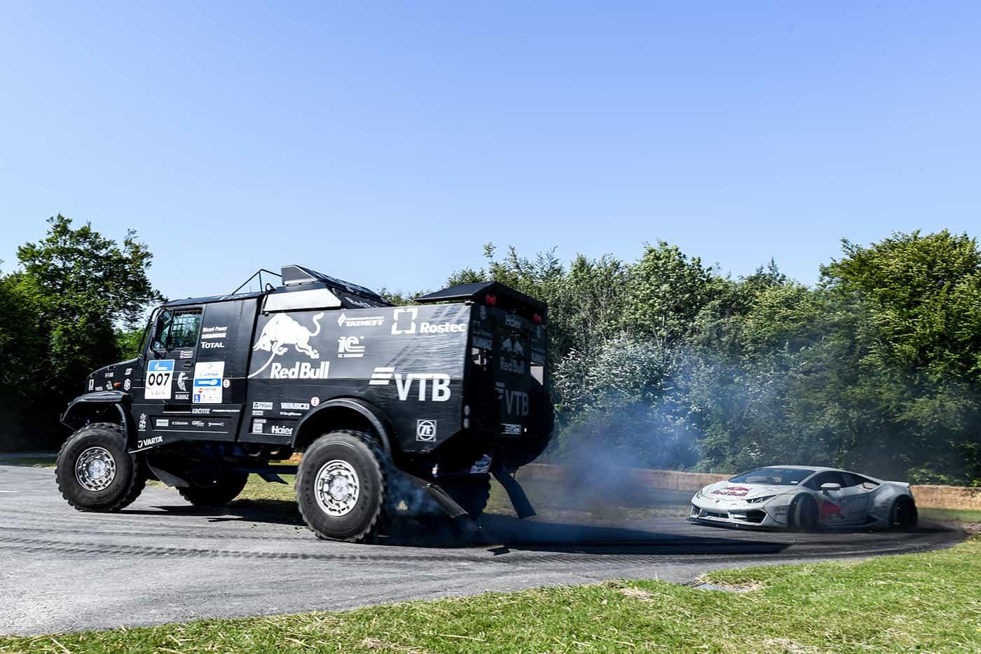 """""""Bătaie"""" pe un loc de parcare între un camion Kamaz și un Lamborghini Huracán de drift"""