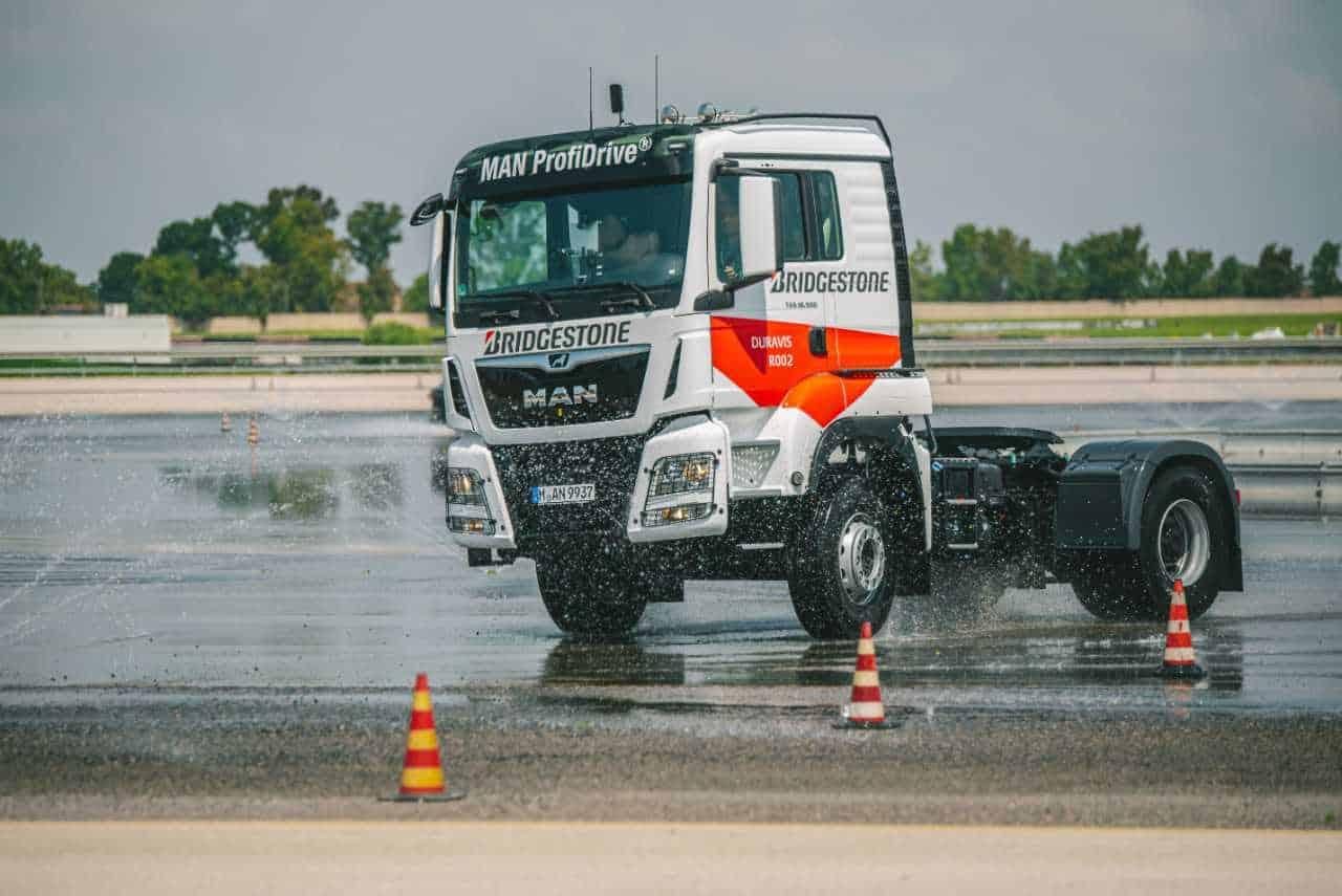 Bridgestone a lansat noua anvelopă pentru camion Duravis R002