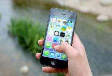 Pietonii care butonează telefonul mobil, în timp ce traversează, ar trebui amendați?