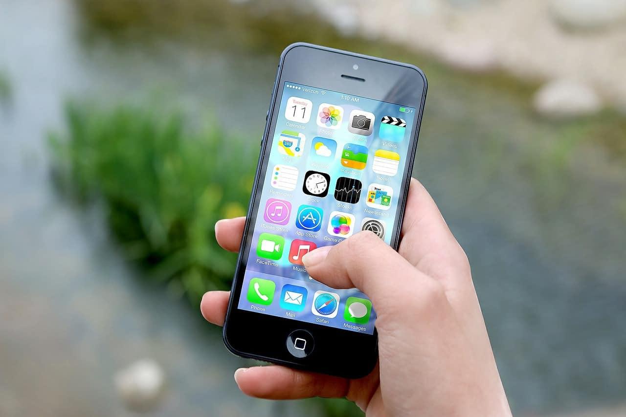 Ce-ar fi ca, pietonii ce butonează la telefonul mobil, în timp ce traversează, să li se dea amendă?