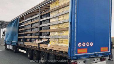 Camion cu peste 400.000 de pachete cu ţigări de contrabandă depistat la Nădlac II (VIDEO)