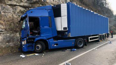 Șofer de camion omorât de ușa laterală a unei furgonete deschisă în mers