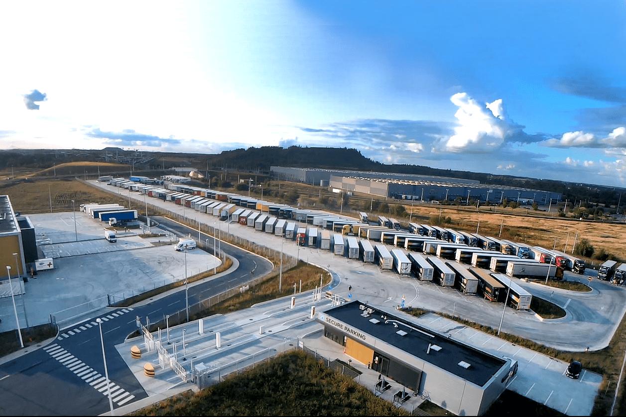 Parcarea Delta Park de la Dourges a primit cea mai înaltă certificare de securitate de la TAPA, devenind prima locație certificată PSR 1 din Europa.  Ca o continuare a parteneriatului dintre Fretlink și TIP Trailer, cele două companii au dechis în vara anului trecut parcarea Delta Park de la Dourges, zona Lille.  Aflată la un kilometru distanță de intersecția autostrăzilor A 1 și A 21, cel mai aglomerat punct din Europa, tranzitat zilnic de peste 25.000 de camioane, parcarea Delta Park construită pe 3.5 hectare a primit certificarea PSR 1 de la TAPA.  Pentru a primi această certificare,TIP Trailer a trebuit să echipeze parcarea cu cele mai noi tehnologii disponibile în ceea ce privește supravegherea video și controlul accesului: parcarea securizată are un gard perimetral cu sârmă ghimpată, pază 24/7, supraveghere video cu cameră termică și control special de acces al camioanelor grele și al pietonilor.  Parcarea securizată Delta Park poate acomoda până la 146 de camioane, iar în cadrul acesteia funcționează un centru TIP Trailer de service, o agenție ProfilPlus-Bestofpneus și un restaurant.  VEZI ȘI:Mai multe case din Kiruna au fost relocate cu ajutorul camioanelor Volvo  În ceea ce privește rezervarea unui loc, aceasta poate fi făcută online, direct pe site-ul dezvoltatorului.  Cei care utilizează serviciile Fretlink beneficiază de locurile de parcare în cadrul parcării Delta Park. În timpul săptămânii, clienții pot rezerva un loc cu circa două ore înainte să ajungă în parcare. În cursul zilelor de weekend, rezervarea poate fi făcută cu patru ore înainte.    Fretlink și TIP Trailer anunță că vor oferi o serie de discounturi pentru cei care fac operații de mentenanță în cadrul centrului din Delta Park. Mai mult decât atât, în scurt timp va fi introdus și un aparat pentru scanarea anelopelor în momentul intrării în parcare.  Șoferii de camion beneficiază de un voucher în valoare de 7 euro valabil pentru 24 de ore. Acesta va putea fi utilizat în zona de catering din c