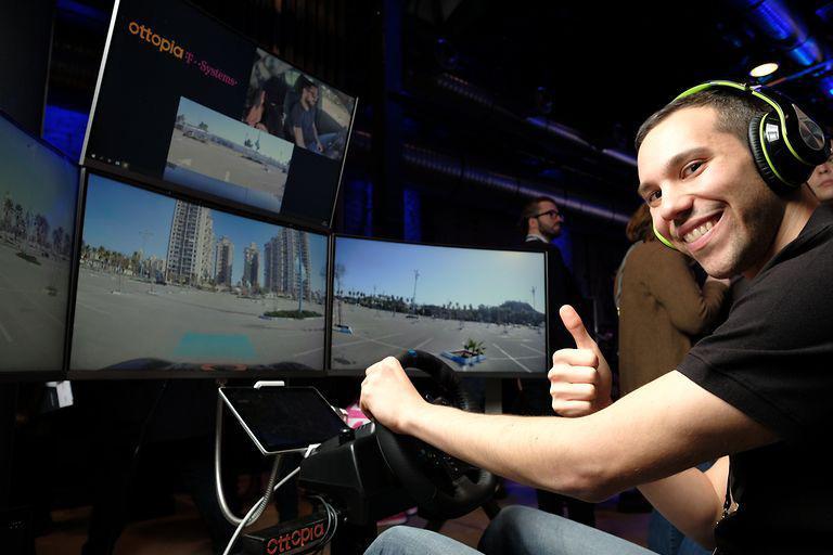 Șoferul viitorului va putea conduce camionul de la o distanță de 4.000 km