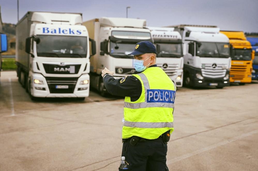 Șoferii de camion din anumite state, inclusiv România, riscă să intre în carantină în Slovenia
