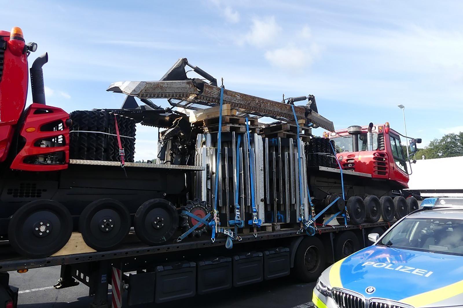 Un camion cu două ratrack-uri, fără niciun sistem de ancorare, oprit de poliția germană