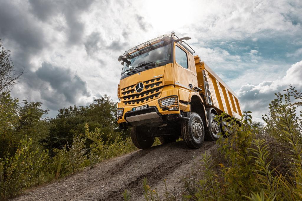 Noul Mercedes-Benz Arocs inovează transportul în construcții