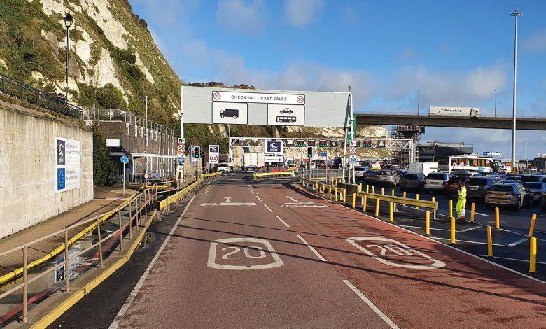 Mii de șoferi de camion petrec ziua de Crăciun în coada de la Dover