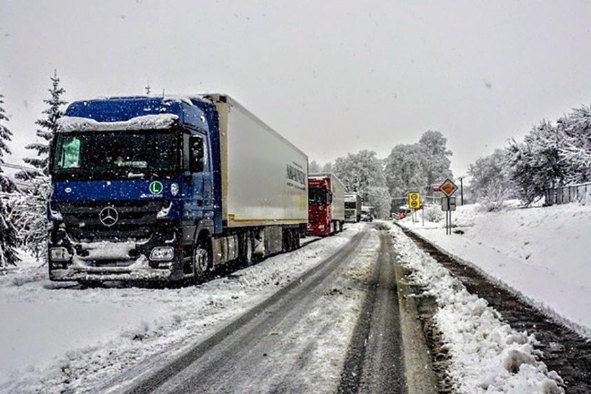 Curățați camionul și semiremorca de zăpadă și gheață, înainte de a pleca la drum