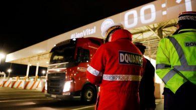 Un șofer român a condus primul camion care a trecut din Uniunea Europeană în Marea Britanie
