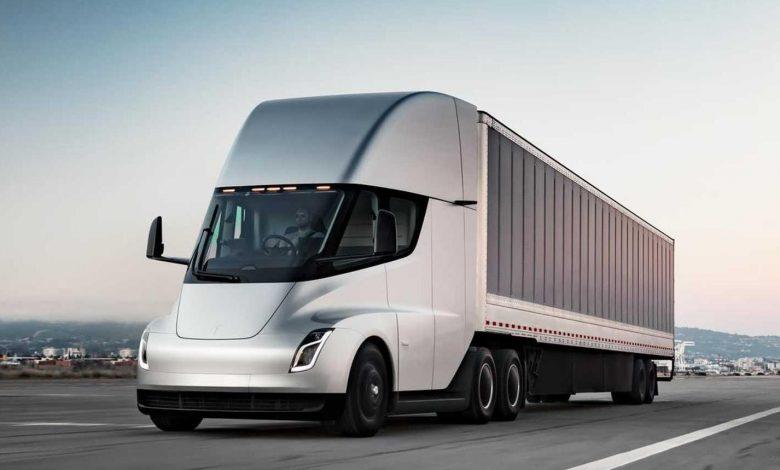 Un hacker a descoperit că sistemul Tesla Autopilot conține linii de cod pentru camionul Semi