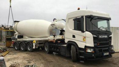 Camion hibrid gaz-electric Scania, cu mixer de beton montat pe semiremorcă