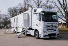 Centru mobil de vaccinare tractat de un Mercedes-Benz Actros