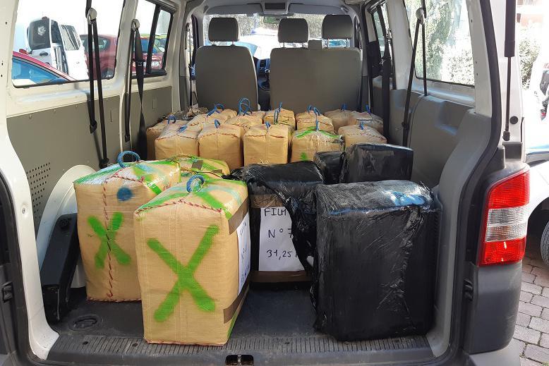 Camion înmatriculat în România prins cu 880,4 kg de canabis, în Franța