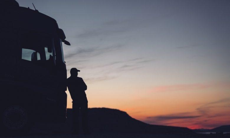 Șoferii de camion, afectați de singurătate: alcoolul în exces este un fenomen în creștere