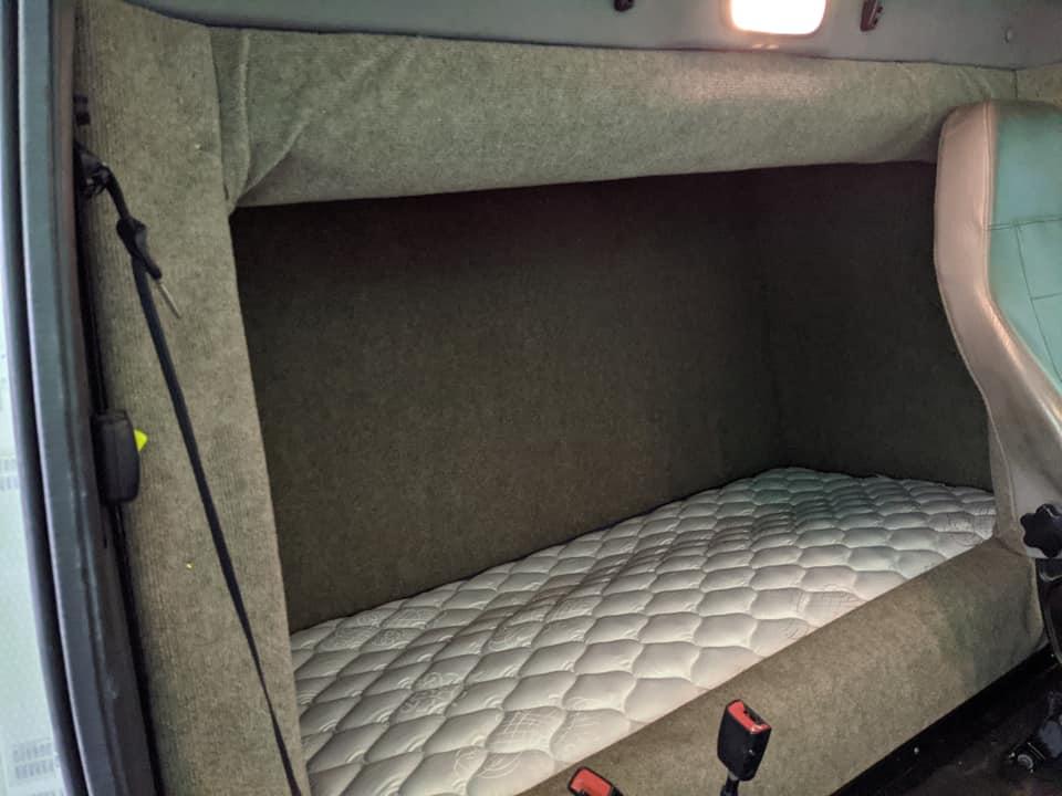 Camioane cu cabină de zi și pat montat în spațiul de marfă