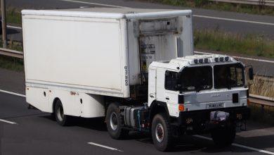 Camioanele armatei britanice ar fi început sa facă livrări la magazine