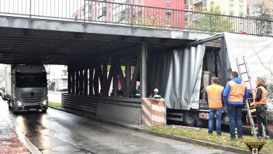 Două camioane blocate în același timp sub același viaduct